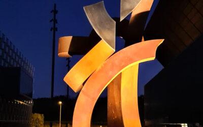 ELÉCTRICOS ARAGÓN 2000, colaborando en la iluminación de la ESCULTURA 'SENTIMIENTO' en el Campo del SADAR del Club Atlético Osasuna.